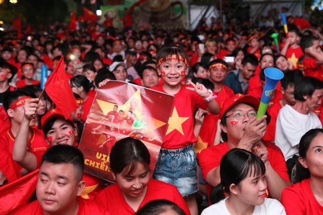 Cảm xúc vỡ òa của người hâm mộ ở Sài Gòn khi Việt Nam giành chức vô địch AFF Cup 2018 - Ảnh 4.