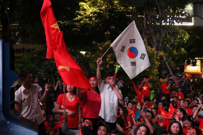 Cảm xúc vỡ òa của người hâm mộ ở Sài Gòn khi Việt Nam giành chức vô địch AFF Cup 2018 - Ảnh 5.