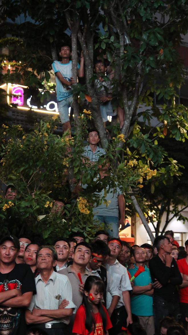 Cảm xúc vỡ òa của người hâm mộ ở Sài Gòn khi Việt Nam giành chức vô địch AFF Cup 2018 - Ảnh 3.