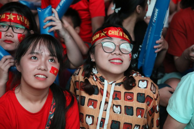 Cảm xúc vỡ òa của người hâm mộ ở Sài Gòn khi Việt Nam giành chức vô địch AFF Cup 2018 - Ảnh 13.