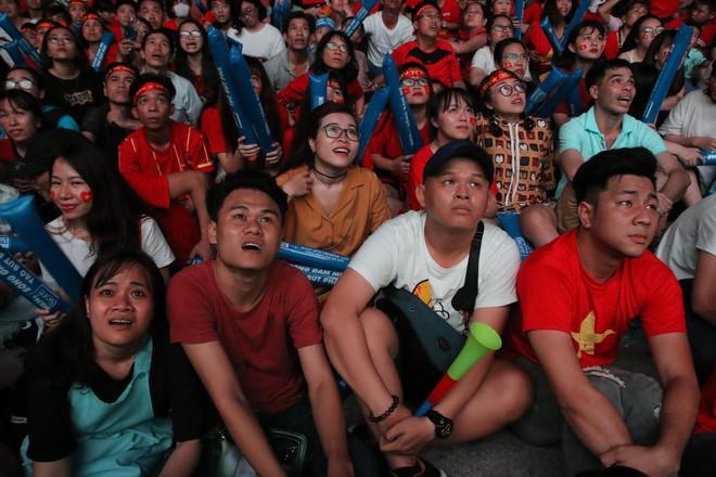 Cảm xúc vỡ òa của người hâm mộ ở Sài Gòn khi Việt Nam giành chức vô địch AFF Cup 2018 - Ảnh 9.