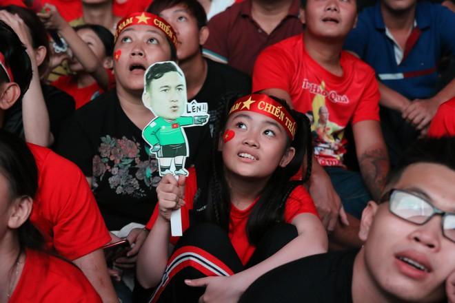 Cảm xúc vỡ òa của người hâm mộ ở Sài Gòn khi Việt Nam giành chức vô địch AFF Cup 2018 - Ảnh 7.