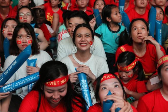 Cảm xúc vỡ òa của người hâm mộ ở Sài Gòn khi Việt Nam giành chức vô địch AFF Cup 2018 - Ảnh 6.
