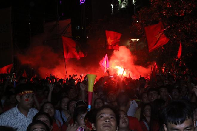 Cảm xúc vỡ òa của người hâm mộ ở Sài Gòn khi Việt Nam giành chức vô địch AFF Cup 2018 - Ảnh 12.
