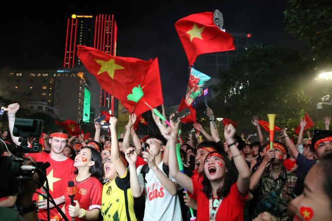 Cảm xúc vỡ òa của người hâm mộ ở Sài Gòn khi Việt Nam giành chức vô địch AFF Cup 2018 - Ảnh 11.
