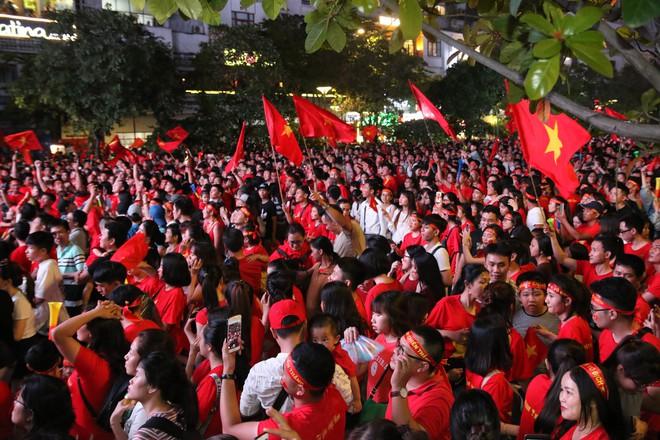 Cảm xúc vỡ òa của người hâm mộ ở Sài Gòn khi Việt Nam giành chức vô địch AFF Cup 2018 - Ảnh 1.