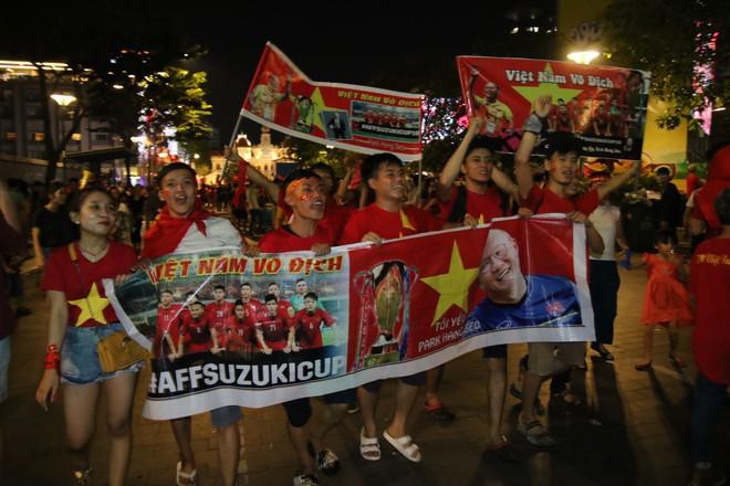 Cảm xúc vỡ òa của người hâm mộ ở Sài Gòn khi Việt Nam giành chức vô địch AFF Cup 2018 - Ảnh 15.