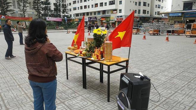 Người Hà Nội lập bàn thờ, thắp hương mong Việt Nam chiến thắng trận chung kết AFF Cup 2018 - Ảnh 1.