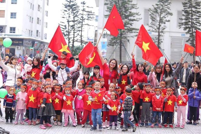 Người Hà Nội lập bàn thờ, thắp hương mong Việt Nam chiến thắng trận chung kết AFF Cup 2018 - Ảnh 3.