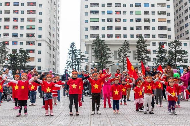 Người Hà Nội lập bàn thờ, thắp hương mong Việt Nam chiến thắng trận chung kết AFF Cup 2018 - Ảnh 4.