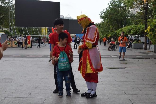 Tôn Ngộ Không đại náo phố đi bộ Nguyễn Huệ trước giờ bóng lăn - Ảnh 1.