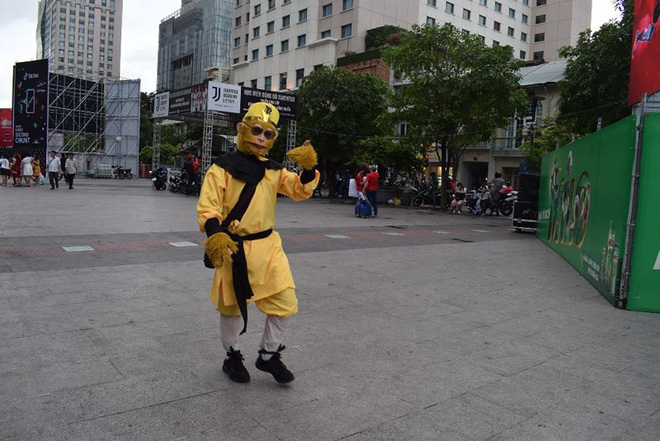 Tôn Ngộ Không đại náo phố đi bộ Nguyễn Huệ trước giờ bóng lăn - Ảnh 4.