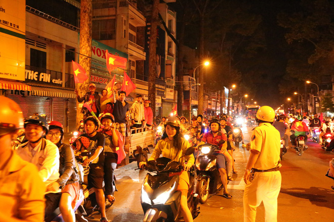 CSGT xử lý gần 150 người đi bão ở Sài Gòn sau chiến thắng của đội Việt Nam - Ảnh 1.