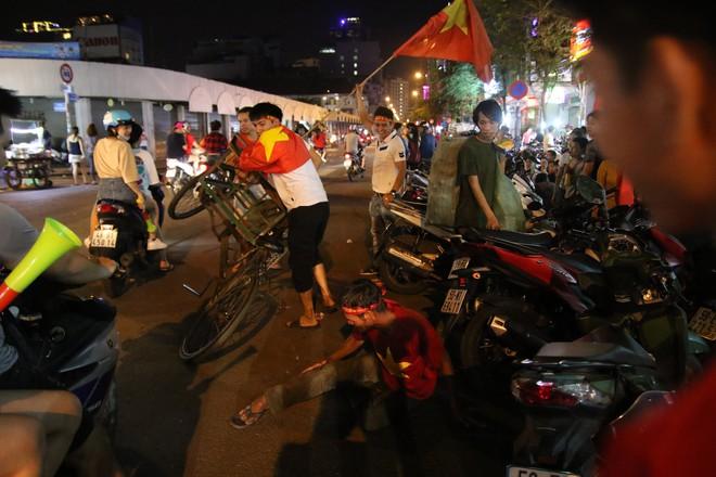 Người Sài Gòn nổi loạn thâu đêm mừng Việt Nam vô địch AFF Cup 2018 - Ảnh 8.