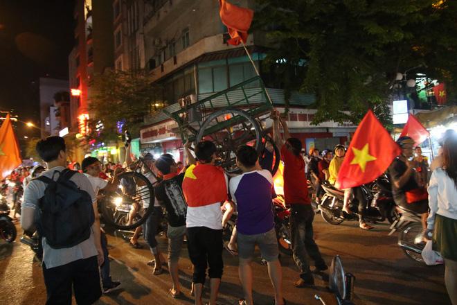 Người Sài Gòn nổi loạn thâu đêm mừng Việt Nam vô địch AFF Cup 2018 - Ảnh 7.