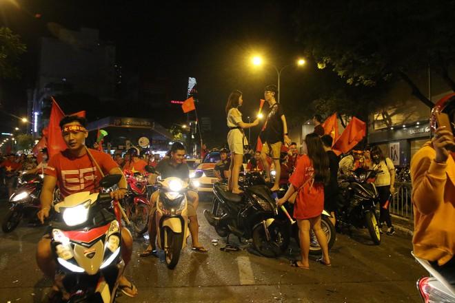 Người Sài Gòn nổi loạn thâu đêm mừng Việt Nam vô địch AFF Cup 2018 - Ảnh 4.