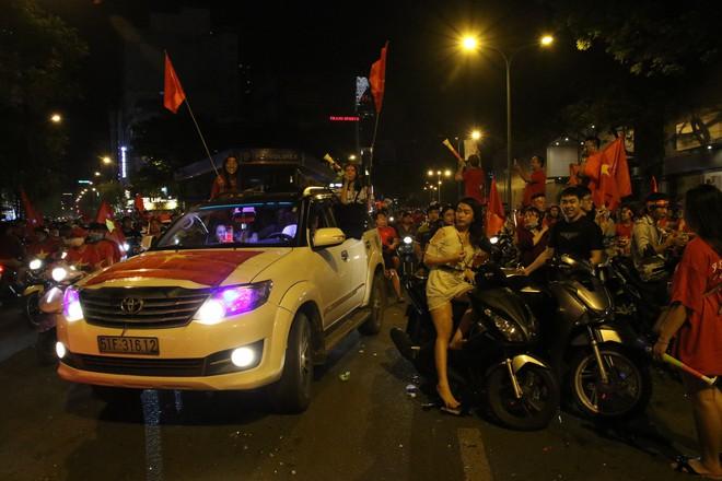 Người Sài Gòn nổi loạn thâu đêm mừng Việt Nam vô địch AFF Cup 2018 - Ảnh 16.