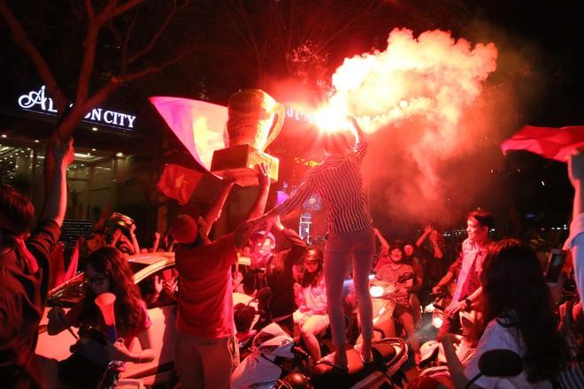 Người Sài Gòn nổi loạn thâu đêm mừng Việt Nam vô địch AFF Cup 2018 - Ảnh 14.