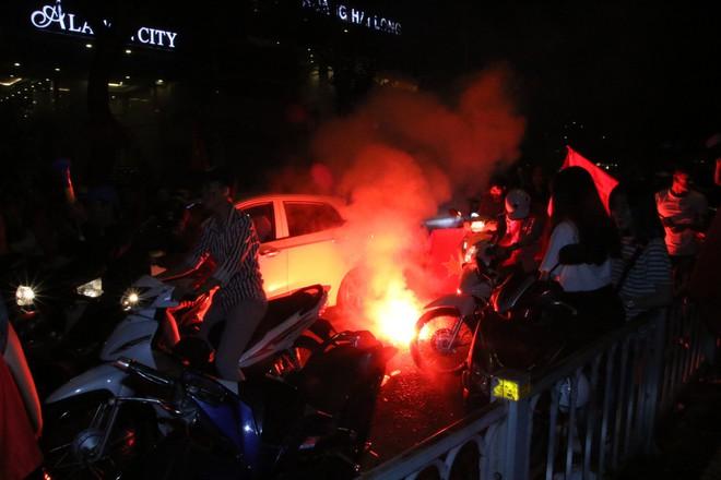 Người Sài Gòn nổi loạn thâu đêm mừng Việt Nam vô địch AFF Cup 2018 - Ảnh 15.