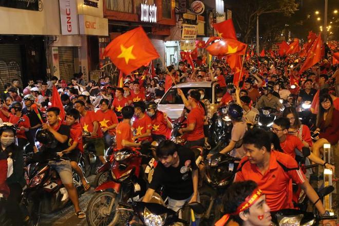 Người Sài Gòn nổi loạn thâu đêm mừng Việt Nam vô địch AFF Cup 2018 - Ảnh 3.