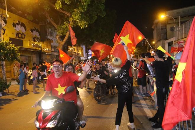Người Sài Gòn nổi loạn thâu đêm mừng Việt Nam vô địch AFF Cup 2018 - Ảnh 13.