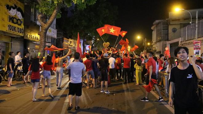 Người Sài Gòn nổi loạn thâu đêm mừng Việt Nam vô địch AFF Cup 2018 - Ảnh 10.
