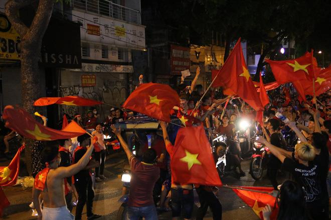 Người Sài Gòn nổi loạn thâu đêm mừng Việt Nam vô địch AFF Cup 2018 - Ảnh 17.