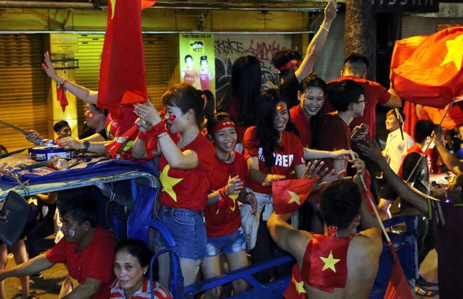 Người Sài Gòn nổi loạn thâu đêm mừng Việt Nam vô địch AFF Cup 2018 - Ảnh 12.