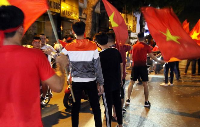 Người Sài Gòn nổi loạn thâu đêm mừng Việt Nam vô địch AFF Cup 2018 - Ảnh 9.