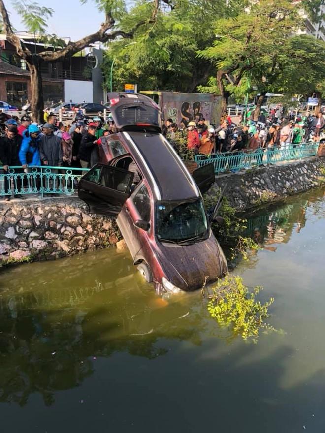 Video cận cảnh: Ô tô đâm thủng dải phân cách, cắm đầu xuống hồ Trúc Bạch, tài xế vẫn tỉnh - Ảnh 1.