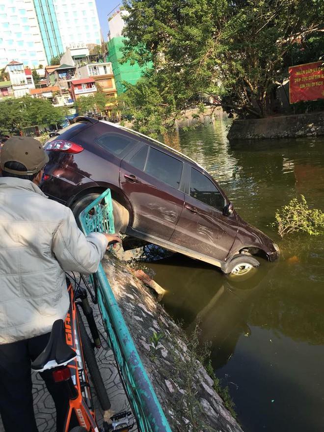 Video cận cảnh: Ô tô đâm thủng dải phân cách, cắm đầu xuống hồ Trúc Bạch, tài xế vẫn tỉnh - Ảnh 2.