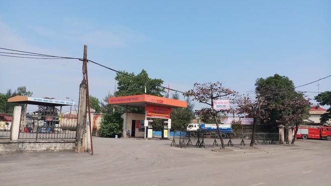 Vụ hàng nghìn lít dầu tràn ở Thanh Hóa: Dân làng đổ xô mang can ra hớt dầu - Ảnh 1.