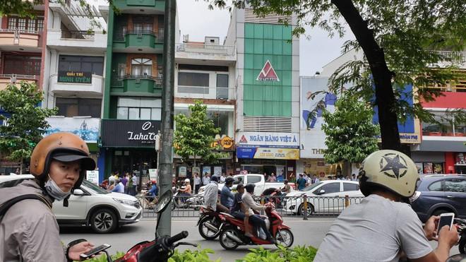 Thanh niên dùng súng cướp 1.5 tỷ đồng ngân hàng ở Sài Gòn đốt xe máy gây án - Ảnh 2.