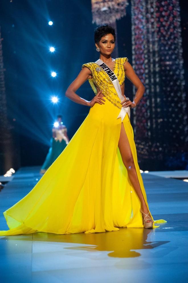 Ai giúp H'Hen Niê diễn catwalk xuất thần và có cú xoay người lịch sử tại Hoa hậu Hoàn vũ? - Ảnh 1.