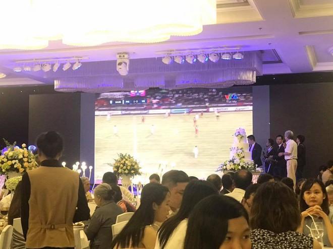 Đám cưới cực chất, màn hình lớn mở bóng đá, Việt Nam ghi bàn cả hôn trường ăn mừng - Ảnh 1.