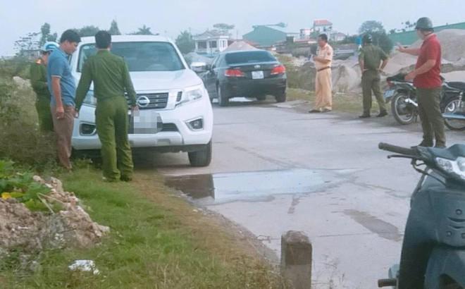 Phá cửa ô tô đang nổ máy trên bờ đê sông Hồng phát hiện thi thể Thượng uý công an