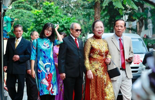 Chú rể đại gia, hơn 16 tuổi dùng xe sang 30 tỷ đón Á hậu Thanh Tú về dinh - Ảnh 8.