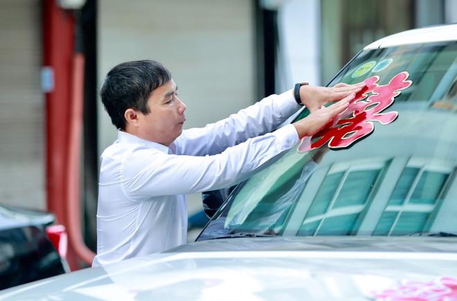 Chú rể đại gia, hơn 16 tuổi dùng xe sang 30 tỷ đón Á hậu Thanh Tú về dinh - Ảnh 1.