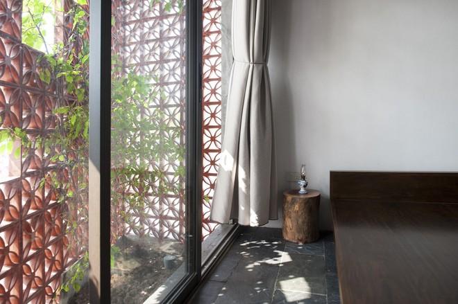Căn nhà nắng chiếu khắp phòng tại Nam Định đẹp lung linh trên báo ngoại - Ảnh 9.