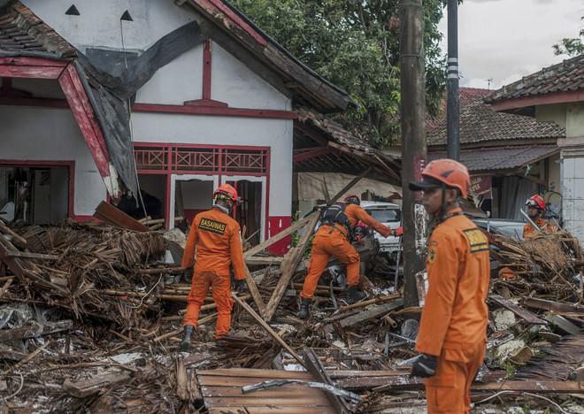 Nạn nhân tăng vọt, đội ngũ bác sĩ phẫu thuật được triển khai, TT Indonesia tới thăm hiện trường - Ảnh 4.