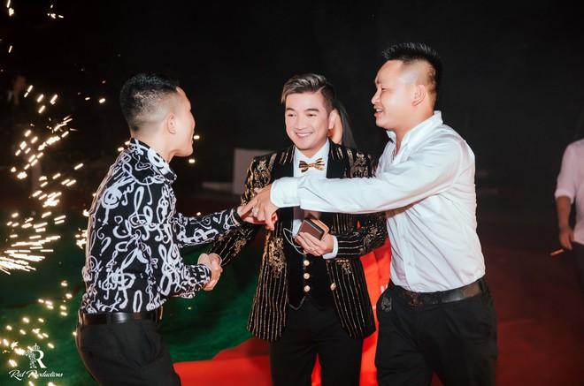 Đàm Vĩnh Hưng xuất hiện trong siêu đám cưới ở Hưng Yên - Ảnh 2.