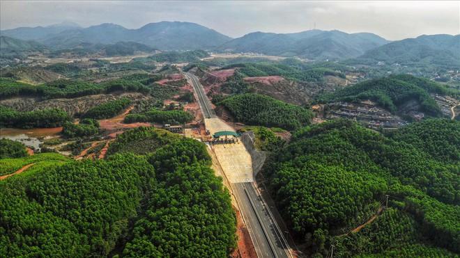 Cận cảnh cao tốc 12.000 tỉ xuyên rừng kết nối với sân bay Vân Đồn - Ảnh 6.