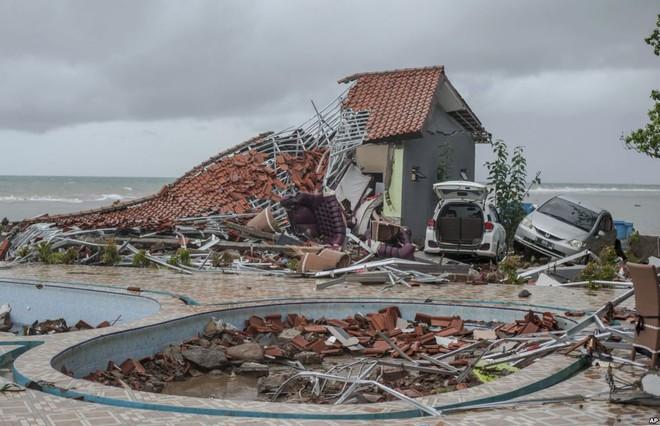 24h qua ảnh: Người đàn ông bật khóc khi thấy xác thân nhân sau sóng thần - Ảnh 11.