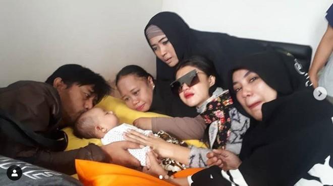 Thảm họa sóng thần ở Indonesia: Vợ chồng diễn viên thiệt mạng, con 3 tháng tuổi gào khóc vì thiếu sữa - Ảnh 6.
