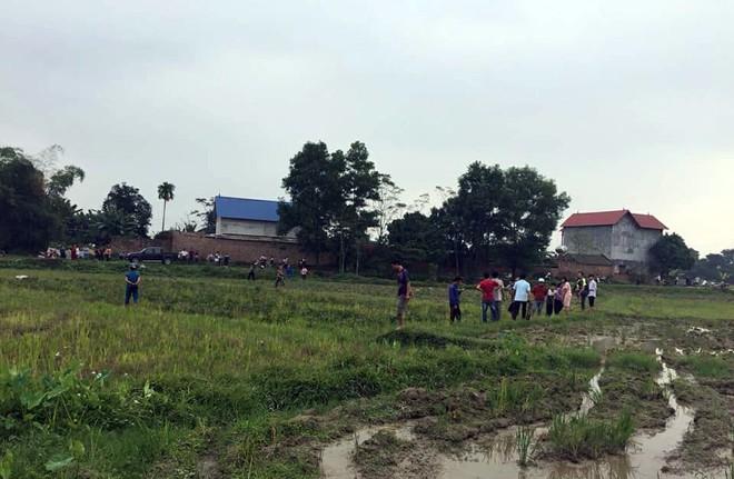 Hà Nội: Hai thanh niên nghi trộm chó bị người dân vây đánh gục giữa ruộng - Ảnh 2.