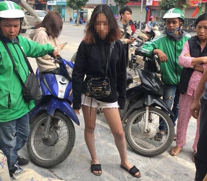 Hà Nội: Cô gái trẻ nằm gục trên đường sau cuộc ẩu đả, nghi do đánh ghen - Ảnh 2.