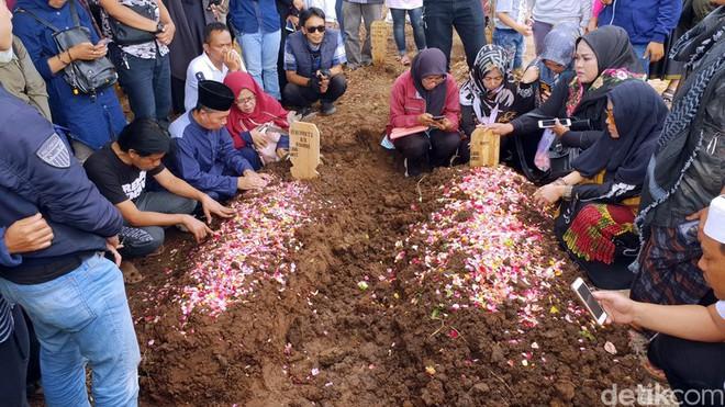 Thảm họa sóng thần ở Indonesia: Vợ chồng diễn viên thiệt mạng, con 3 tháng tuổi gào khóc vì thiếu sữa - Ảnh 5.