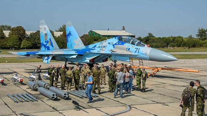 Nga chưa ra tay, Không quân Ukraine đã tự dâng báu vật Su-27 cho... thần chết - Ảnh 3.