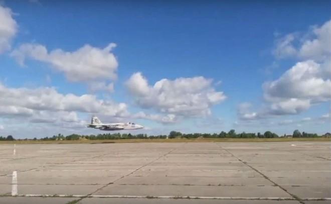 Nga chưa ra tay, Không quân Ukraine đã tự dâng báu vật Su-27 cho... thần chết - Ảnh 4.