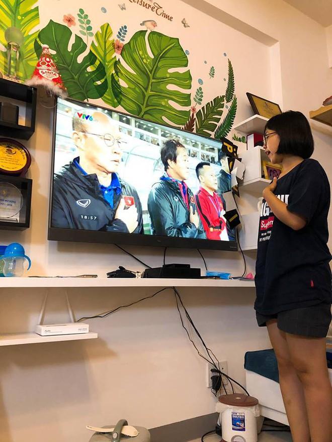 Khoe cháu gái hát quốc ca cùng ĐT Việt Nam, dân mạng chỉ ra điều sai trái trong những bức hình - Ảnh 1.